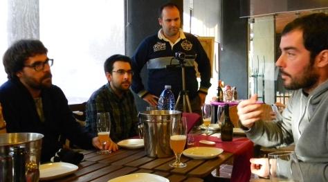 Sergi nos habla sobre sus cervezas. Junto a Amadeu   de VoltaalMoniTornaalBorn y Javi de Escapada Rural.